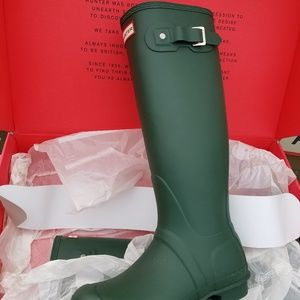 Brand NEW in BOX Hunter Boots green size 8